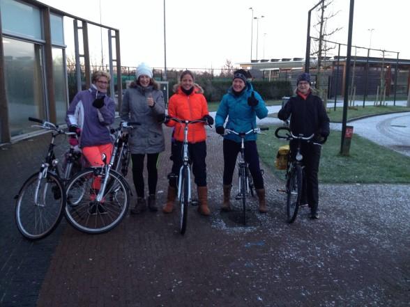 Astrid, Nicole, Manin, Jorien en Tiny voor een koude buitentraining